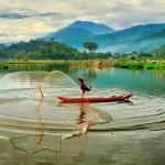nelayan di rawa pening